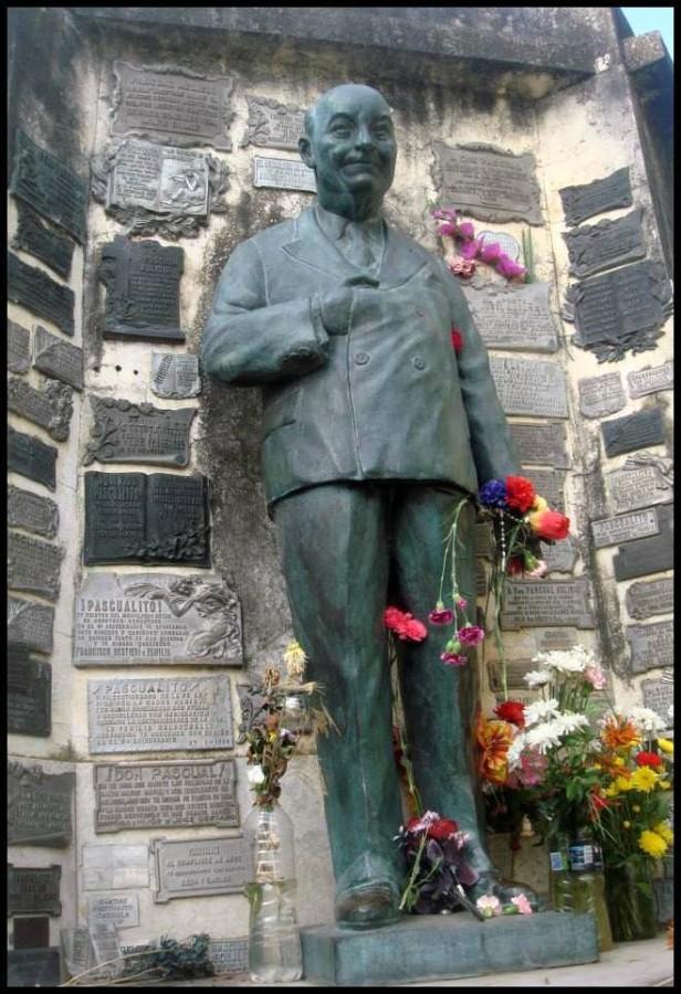 """El monumento a """"Pascualito"""" en el cementerio de Chivilcoy se transformó en un sitio de memoria, espacio de culto con gran cantidad de ex.votos."""