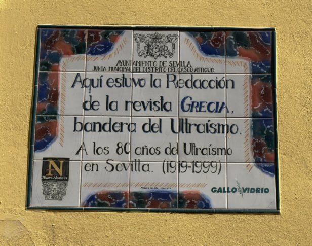 """El ayuntamiento de Sevilla colocó una placa-azulejo dónde estuvo la redacción de """"Grecia""""."""