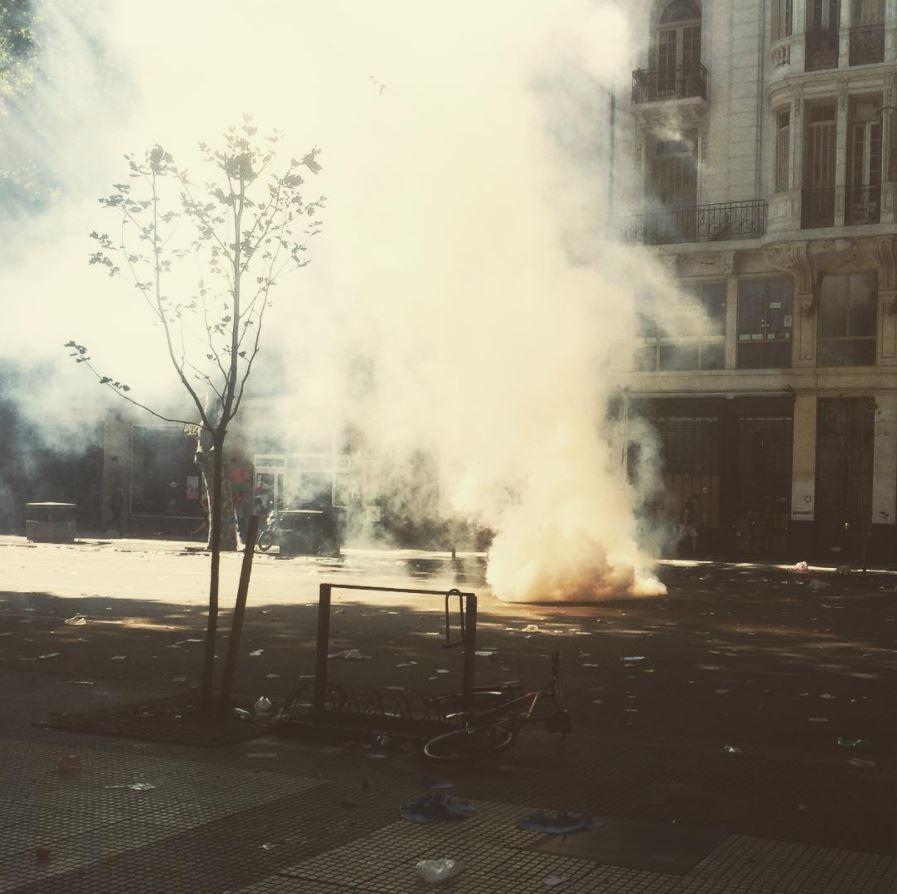 Cuando el gas lacrimógeno sale de su granada